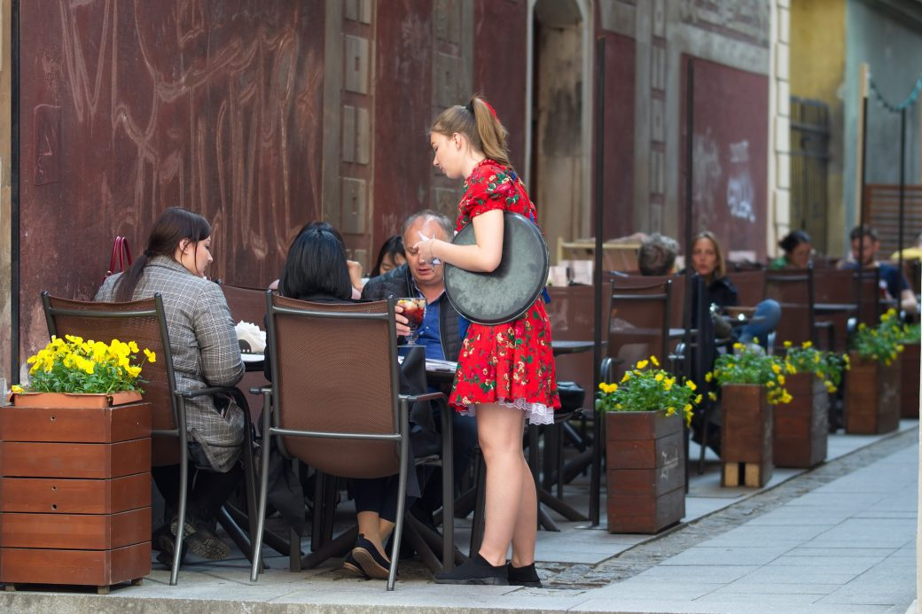 kelnerka podająca zamówienie
